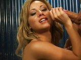 Atraktívna blond čubka si nechá nastriekať do pusy - freevideo
