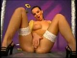 Tanec prstov na klitorise jednej rozkošnej brunetky - freevideo