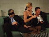 Submisívna šľapka musí obslúžiť dvoch pánov naraz - freevideo