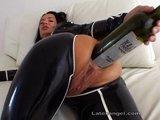Extrémna kurvička si to robí fľaškou vína do zadočku - freevideo