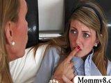 Mladá čubka sa učí od skúsenej maminy - freevideo