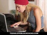 Blond osemnástka sa popasuje s obrím čiernym čurákom - freevideo