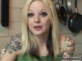 Blond devka narazená na čierny totem - freevideo