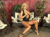 Blond sexbomba si prstuje škárku - freevideo