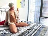 Blond sučka sa ukája na posteli - freevideo