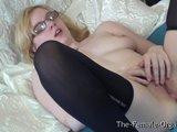 Mladá žabka si rozmaznáva klitoris - freevideo