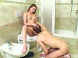 Drobná osemnástka si užíva s priateľom v kúpeľni - freevideo