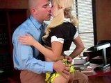 Vnadná blondínka nastaví riaditeľovi miesto poznámok svoju kundičku - freevideo