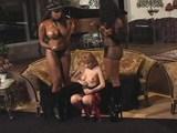 Blonďavé otrokyne musia uspokojiť dve čierne kozaté diktátorky - freevideo