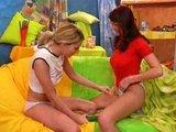 Pár lezbičiek sa hrá s vibrátorom a obrovskou uhorkou - freevideo