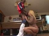 Černoch si užíva tučné zadky - freevideo