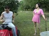 Ošukaná na záhradnom traktoríku - freevideo