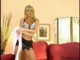 Prsatá blondínka a jej vzrušujúci striptíz - freevideo