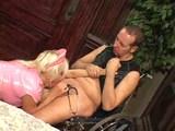 Prsatá sestrička vylieči chromého chlapa - freevideo