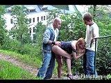 Dievčinu ošukajú dvaja chalani v parku - freevideo