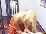 Kurvička vo väzení si fajčením a prehĺtaním semena vybaví cestu von - freevideo