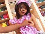 Neskúsená japonská lolitka v kostýmčeku chyžnej poznáva čo je hardcore - freevideo