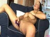 Dievča s obrovskými prsiami a jej ružový pomocník - freevideo