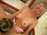 Lesbický sex chutí najlepšie pekne na vlhko vo vani - freevideo