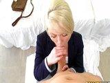 Anjelska blondínka si pochutí na pére svojho priateľa - freevideo