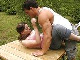 Vášnivý sex s chutnou brunetkou na záhrade u lesa - freevideo