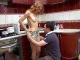 Sexy mačička v kuchyni vyfajčí svojho priateľa - freevideo