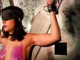 Bezmocn� brunetka t�ran� hor�cim voskom na prsiach - freevideo