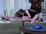 Hravá brunetka sa zmocní svalnatého otroka - freevideo