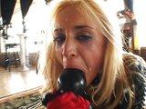 Poslušná samička líže semeno z podlahy a chutí jej - freevideo