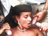 Rozosmutnená vdova obšťastnená svorkou kancov - freevideo