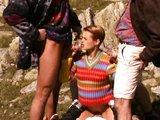 Vysokohorská mrdačka ryšavej cundry a skupinky turistov - freevideo