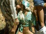 Orientálna samička vymrdaná skupinkou pútnikov - freevideo