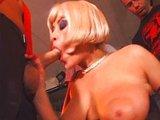 Blond prsatá koketka je profesionálna čistička šulinov - freevideo
