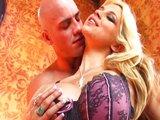 Plnotučná blondínka dostane svoju dennú porciu semena - freevideo