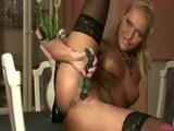Luxusná blondínka masturbuje len pre teba - freevideo