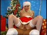 Pomocníčka Santa Clause vie aj veľmi pekne fajčiť - freevideo